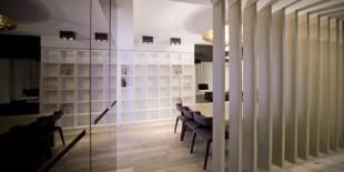 Emotiile ne ghideaza fiecare pas, iar spatiile pe care le proiectam le gazduiesc.Aceasta idee a fost punctul de plecare al studioului de design Cuartopensante in realizarea amenajarii de interior al apartamentului Double Dueto, un spatiu de 130 mp mobilat cu piese HI-MACS®. Apartamentul se afla intr-un complex residential nou construit, insa proprietarul a dorit sa transforme acest spatiu intr-un camin plin[…] Mai mult…
