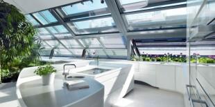 Apartamentul spatios in care se regaseste aceasta bucatarie se afla in centrul orasului Viena. Acesta a fost proiectat ca un spatiu deschis, bucurandu-se din plin de lumina naturala ce il inunda prin multitudinea elementelor vitrate. Prin modul de amenajare al interioarelor si al materialelor utilizate s-a incercat crearea unui spatiu omogen, in care trecerea de la o zona functionala la[…] Mai mult…