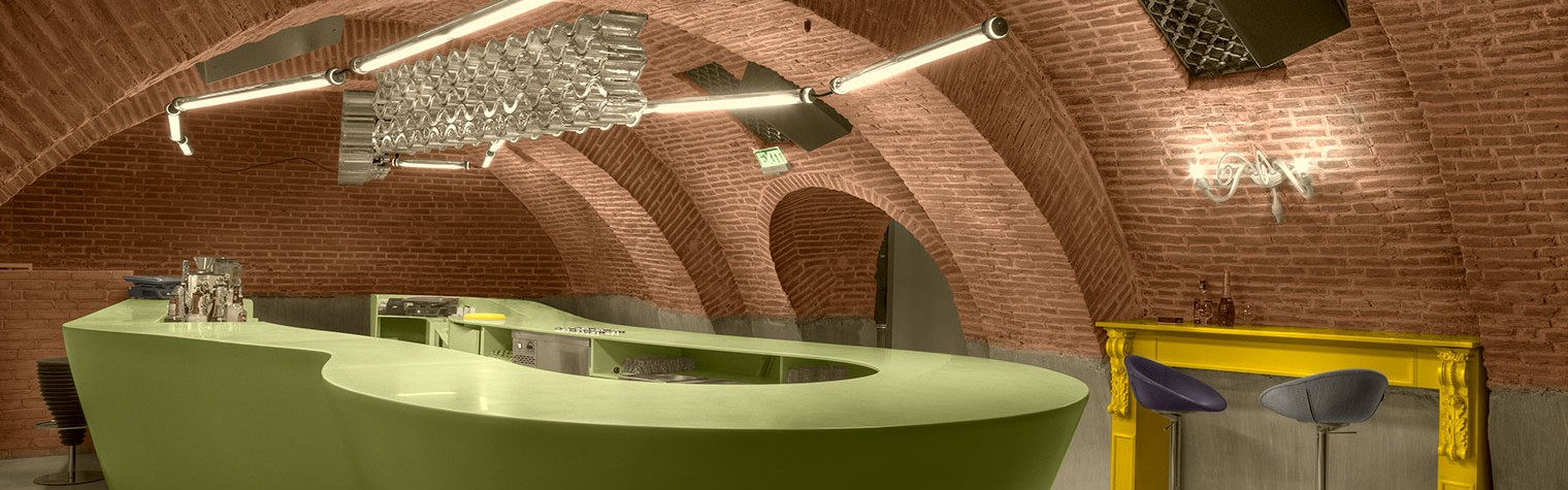 """Situat in centrul vechi al capitalei, la subsolul unei celebre cladiri, cunoscute sub numele de """"Cafeneaua Veche"""", Evolution Club a fost amenajat, utilizand materialul HI-MACS®, in contrast cu stilul neogotic al constructiei in care se afla, aducand o atmosfera contemporana noilor spatii amenajate.  Proiectul Evolution Club, realizat de catre tanarul designer Sebastian Barlica a reprezentat doar o parte a unui complex[…] Mai mult…"""