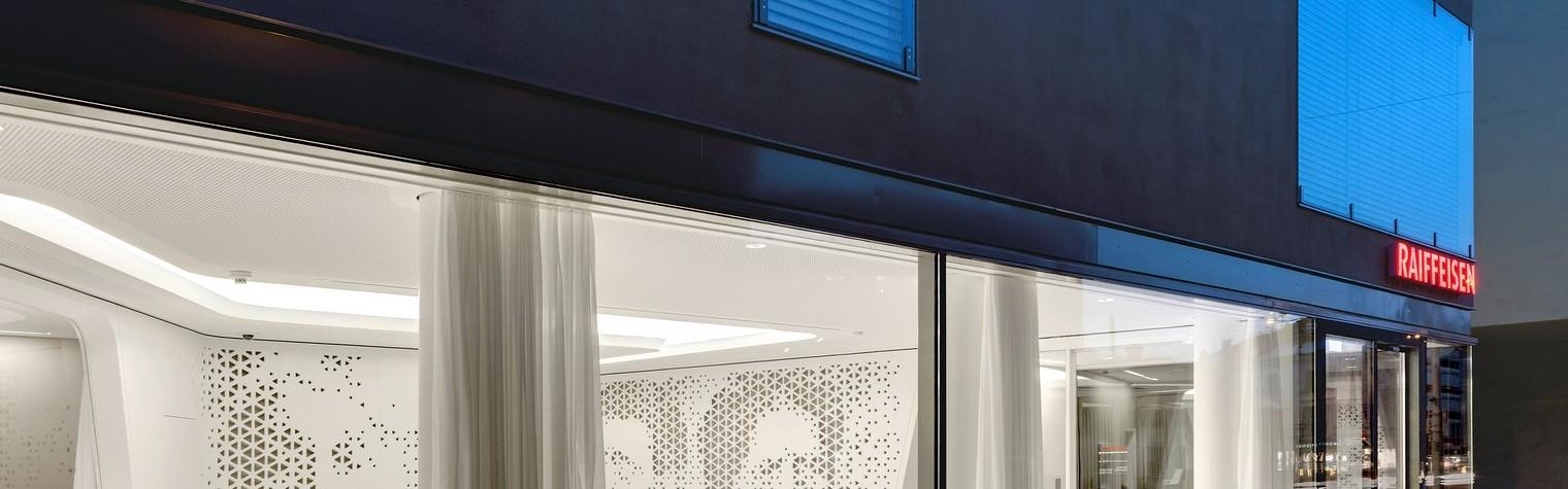 """Spatiul sediului bancii, proiectat de biroul de arhitectura Nau Architecture, creeaza o punte de access spre trecutul cultural al cladirii prin designul neobisnuit al peretilor. Portrete ale unor figuri istorice importante sunt gravate in peretii despartitori realizati din HI-MACS® printr-o tehnologie extrem de performanta. Amenajarea de tip traditional a unei banci este inlocuita de un concept total nou, de """"open bank"""",[…] Mai mult…"""