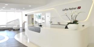 Dupa celebrul proiect premiat Leonardo Glass Cube, studioul de design 3deluxe revine cu o noua amenajare spectaculoasa cu un design ambitios intr-un limbaj formal expresiv concretizat prin materialul HI-MACS®.   Compania Kaffee Partner, beneficiarul acestei lucrari, isi are birourile intr-o cladire administrativa zonificata pe diferite functiuni: birourile propriu-zise, centrul de distributie, showroom-uri, zona de lounge, precum si o mica zona de[…] Mai mult…