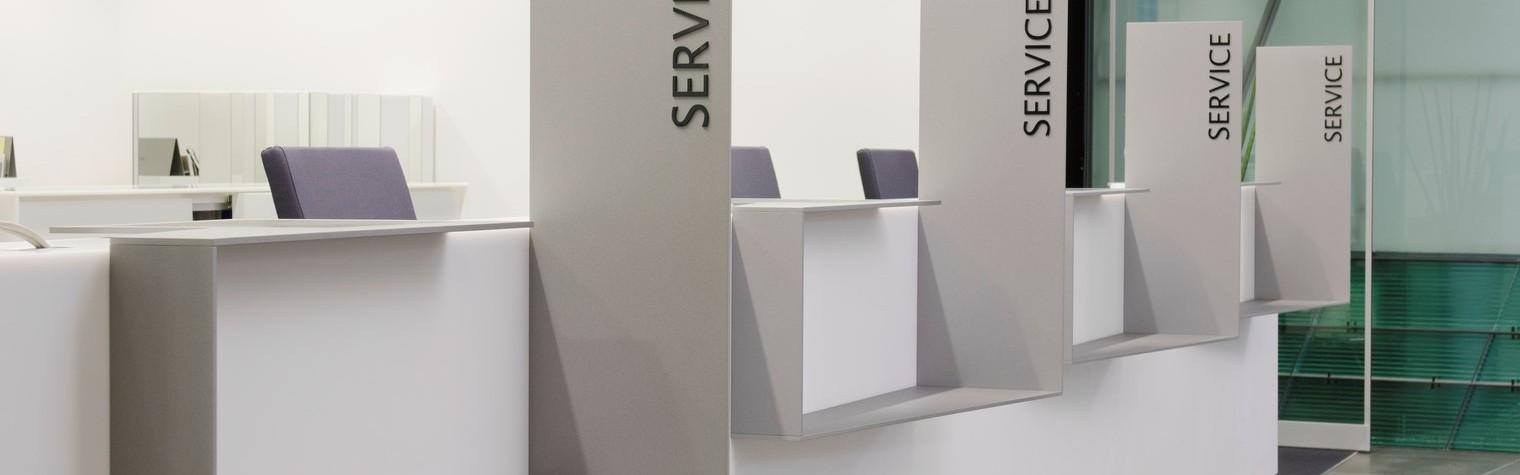 Sediile bancare sunt percepute ca spatii autoportante, puternic ancorate in tesutul urban, cu fatade reprezentative menite sa le contureze puternica prezenta si reputatie.  Printr-o metoda noncomformista sediul bancii Baden-Württemberg Bank (BW Bank) a fost reamenajat intr-un stil contrastant cu vechiul stil.  In conceperea acestui nou design al spatiului de lucru cu clientii de la primul nivel al cladirii, precum si al zonei[…] Mai mult…