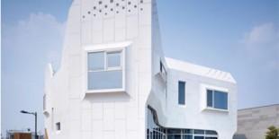 O data cu construirea  Pan-gyo Residence de catre firma de arhitectura Oficiul 53427, pentru prima data in Coreea a fost folosita o fatada HI-MACS®. Proprietatile materialului subliniaza cu maiestrie obiectivele firmei, care si-a propus sa foloseasca materiale si tehnologii noi pentru a contracara peisajul arhitectural omogen coreean si designul sau monolitic.  Pan-gyo Residence a fost construita pe un sit de[…] Mai mult…