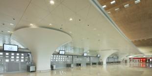 In fiecare zi, aeroportul international Charles de Gaulle din Paris intampina mii de pasageri care de cele mai multe ori se grabesc, astfel ca facilitatea trebuie sa faca fata continuu conditiilor haotice. Terminalul 2F a dezvaluit recent o noua sala de acces cu trei piloni realizati integral din HI-MACS® Piatra Acrilica Naturala. Marc Fidelle si Andrei David, arhitectii aeroportului de[…] Mai mult…