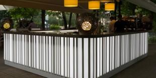 Quattro Stagioni, restaurantul cu specific italian situat in Parcul Herastrau pe malul lacului, este un punct de intalnire cunoscut in Bucuresti pentru atmosfera intima pe care o transmite. Dorind sa ofere clientilor sai o experienta unica prin crearea unei oaze de liniste si relaxare intr-un oras aglomerat, proprietarii au decis sa inlocuiasca vechiul bar exterior realizat din piatra si lemn[…] Mai mult…
