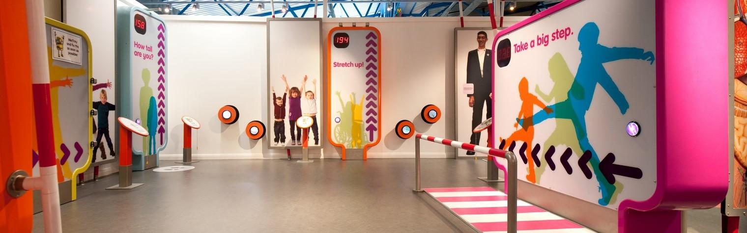 """Muzeele traditionale sunt de obicei spatii solemne unde vizitatorilor nu le este permis sa atinga sau sa interactioneze cu exponatele. Muzeele pentru copii insa sunt spatii create pentru a le da oportunitatea de a invata jucandu-se sau prin procesul de """"invatare informala"""". Exponatele ii incurajeaza pe copii sa invete prin testare, experimentare, explorarea curiozitatii, folosirea simturilor si a imaginatiei –[…] Mai mult…"""