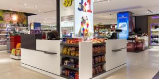 Procesul de extindere si modernizare a aeroportului international Henri Coanda i-a dublat capacitatea de operare, punand la dispozitie facilitati performante si servicii la o clasa superioara. Intrucat spatiile comerciale trebuiau sa raspunda acelorasi cerinte, dezvoltatorii proiectului au ales sa foloseasca HI-MACS® Piatra Acrilica Naturala pentru realizarea cash-deskurilor din magazinul Art&Craft. Magazinul este un artizanat dedicat vanzarii produselor traditionale romanesti, care a[…] Mai mult…