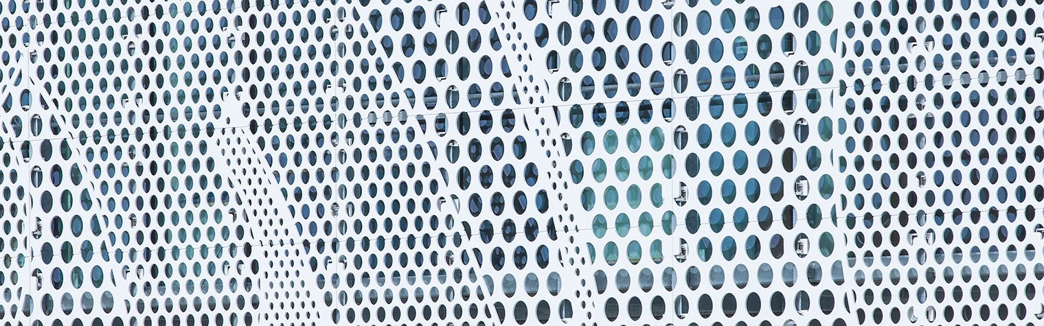 Aflat in Givrand (zona Saint-Gilles-Croix-de-Vie), sediul central al BENETEAU (un producator de barci, iahturi si salupe) are o fatada originala creata cu noua generatie de piatra acrilica naturala HI-MACS®. Cu proprietatile sale multifunctionle de termoformare, ultrarezistenta si nonporozitate, HI-MACS® s-a dovedit materialul perfect pentru acest proiect. Conducatorul companiei PAD ce are 14 angajati, Frédéric Périot, un arhitect licentiat care a absolvit[…] Mai mult…