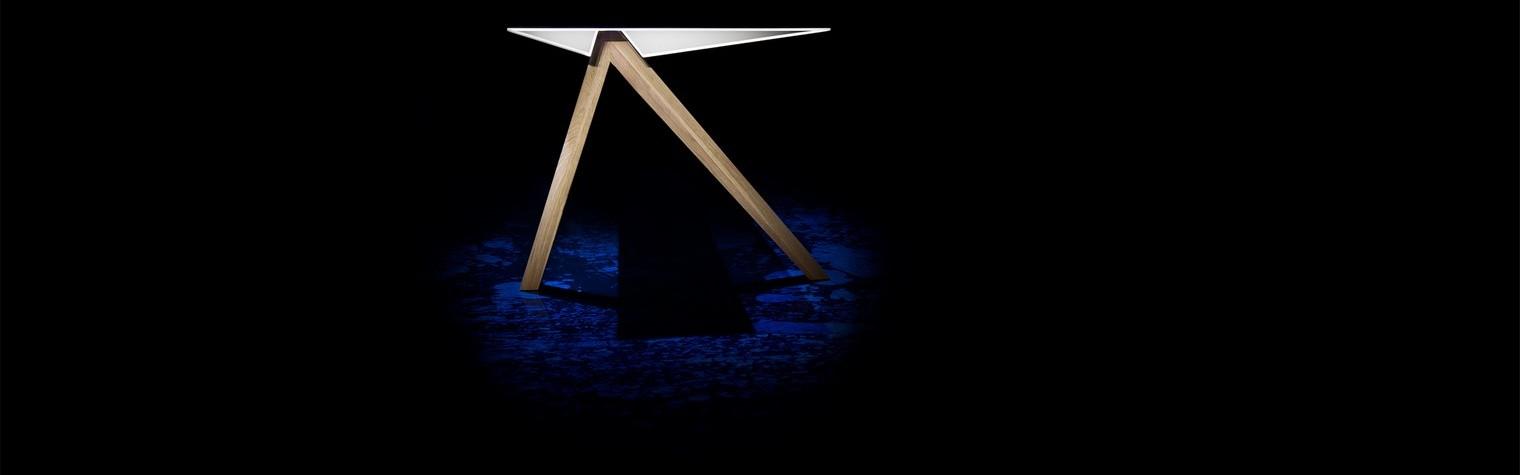 Designerul olandez Alex Groot Jebbink lanseaza prima sa piesa de mobilier sub marca a-LEX: masa Tangle_one.  Liniile asimetrice, ascutite ale blatului ce pare ca pluteste evoca o asociare cu aripa unei pasari. Picioarele mesei sunt realizate din stejar, oferind o buna sustinere pentru blatul asimetric. Contrastul dintre cele doua materiale folosite, stejar si material compozit HI-MACS® desavarseste aceasta masa care impresioneaza[…] Mai mult…