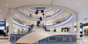 Proiectata de Brandimage pentru Shopping Center-ul Beaugrenelle din Paris, colectia de mobilier neconventional realizat din HI-MACS® este inspirata de doua functii absolut necesare intr-un astfel de spatiu: relaxare si informare.  Deschis pe 23 octombrie 2013, mall-ul Beaugrenelle se intinde pe o suprafata de 50 000 mp si gazduieste aproximativ 100 de magazine. O parte din mobilier a fost realizat din materialul[…] Mai mult…