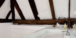 Proiectul executat de Solidity a presupus transformarea unui hambar intr-un spatiu de locuit cu zona de baie comuna. Prin folosirea materialului compozit HI-MACS® in acest proiect se creaza un contrast surprinzator intre elementele ultra moderne realizate din materialul de ultima generatie si atemporalitatea rustica a structurii cladirii.  Transformarea vechilor hambare in spatii de locuit a devenit o practica arhitecturala foarte populara[…] Mai mult…