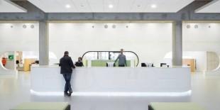 """Fokkema&Partners Architets au reinstalat complet spațiile interioare ale Primariei Almere: """"Am ales HI-MACS Piatra Acrilica Naturala pentru amenjari interioare pentru a sublinia caracteristicile originale ale acestei clădiri și, în același timp, pentru a da viață unui interior cu accente unice și personale, urmărind scopul final de a reabilita zona serviciilor publice ale Primăriei"""".  Înainte de modificările executate, clădirea era un spațiu[…] Mai mult…"""