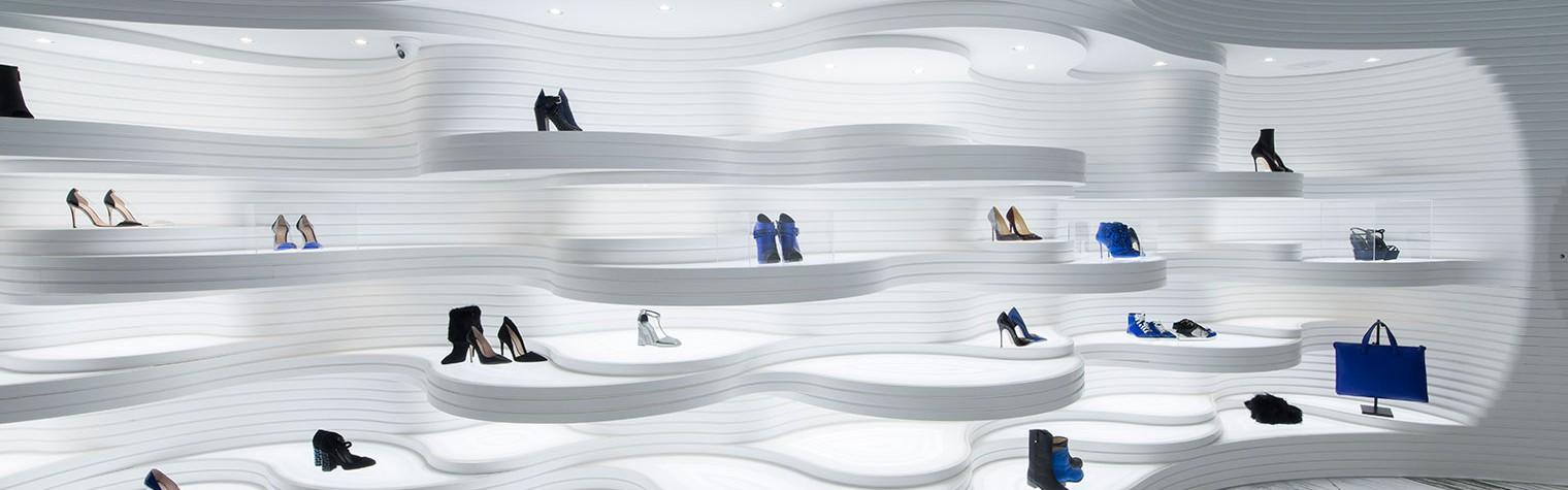 """""""Eleganță, transparență și ingeniozitate tehnologică"""", declară reprezentanții MVSA, firma de arhitectură ce a proiectat noul concept pentru rețeaua de magazine Shoebaloo.  Nu este pentru prima oară când MSVA, firma de arhitectură olandeză faimoasă pentru abordările moderne și designul interior minimalist, lucrează pentru prestigiosul brand de panofi de lux Shoebaloo. Întreaga rețea de magazine, inclusiv cele din Roterdam și Utrech, este proiectată[…] Mai mult…"""