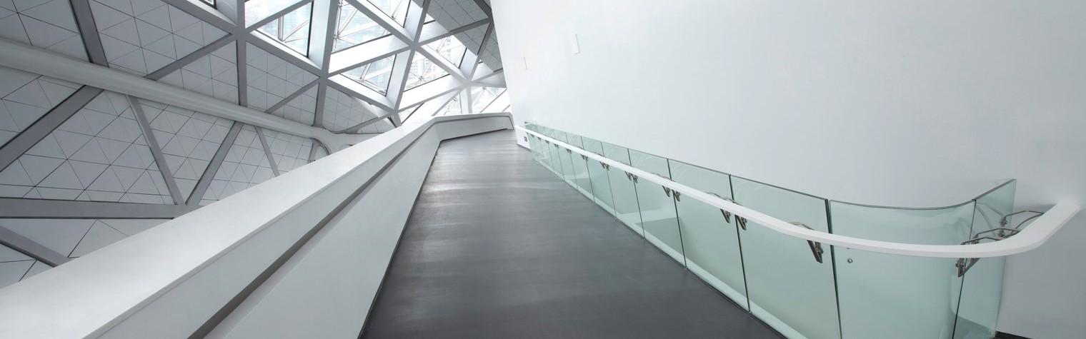 Inconfundabilă, cladirea Operei poartă semnătura arhitectei Zaha Hadid: nu are unghiuri drepte, pereții și tavanele au pantă, iar sălile de audiție par că plutesc și se întrepătrund. Alături de o sală de concert cu o capacitate de 1.800 de locuri , noua clădire de 70.000 de mp cuprinde o zonă de recepție cu spațiu pentru lobby și lounge, o sală[…] Mai mult…