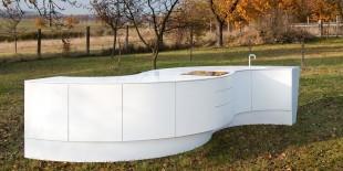 """Mobilierul de bucatarie face parte din colectia """"maru"""". Aceasta reprezinta o gama de mobilier ce reflecta intocmai semnificatia acestui cuvant japonez, aceea de cerc sau unitate. Bazata pe geometria cercului, aceasta bucatarie are o forma fluida, sinuoasa si unitara, si un aspect monolitic. Formele curbe, culoarea alba si jocul de module – convexe, concave, alternand sau fiind pozitionate simetric, ofera[…] Mai mult…"""