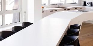 Acest apartament spectaculos amenajat este situat in zona istorica a portului Antwerp- Het Eilandje. Spatiul acestei case combina excelent functiunea de locuinta cu cea de birou, iar interioarele au fost amenajate cu stil si eleganta utilizand cele mai performante materiale: lemn masiv de stejar si HI-MACS® Piatra Acrilica Naturala.   Trama neregulata a acestei constructii si zonificarea functiunilor au dus la o[…] Mai mult…