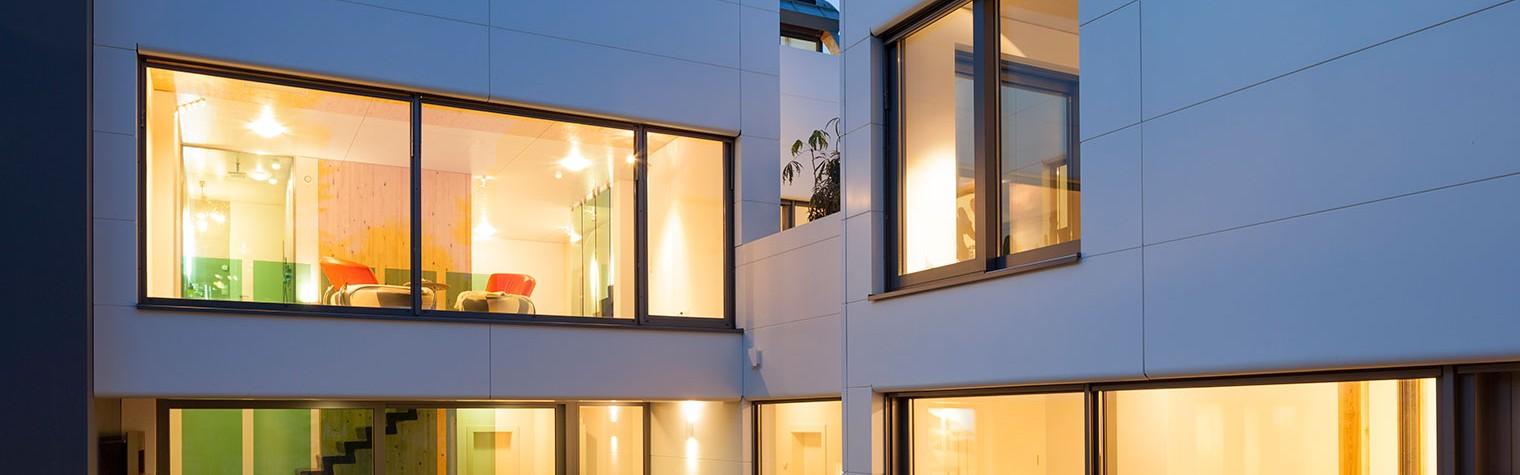 Arhitectul si constructorul Volker Wiese si-a realizat casa personala mult visata in stil Bauhaus placand exteriorul cu panouri din HI-MACS® ce asigura intimitate, ingloband in acelasi timp o gradina minunata intr-un design cu doua aripi de cladire. Pentru un iubitor al naturii precum Wiese, folosirea pietrei acrilice pentru fatada a fost o alegere evidenta, mai ales ca toate materialele folosite[…] Mai mult…