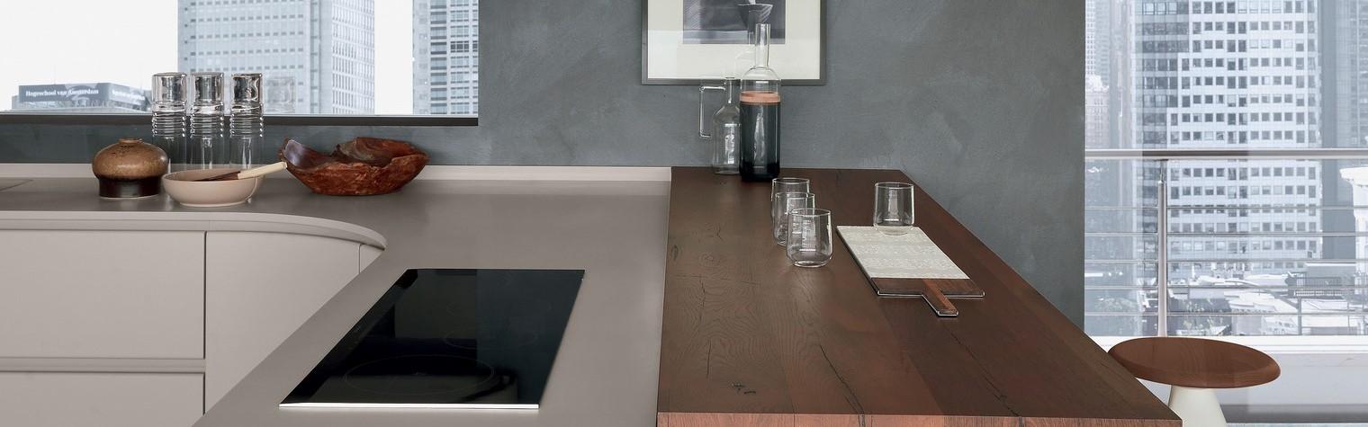 Fronturi curbe din MDF vopsit, mânere de cant, chiuvete și plite integrate și un breakfast bar: Hi-Macs, următoarea generație de materiale, este elementul central de design al celei mai noi linii de mobilier bucătărie Pedini, Artika, lansată de IMM Cologne 2017.  Conceptul de mobilier Artika îmbină simplitatea cu eficiența: un mediu ergonomic pentru bucătărie și living cu forme fluide.  Design de inspirație[…] Mai mult…