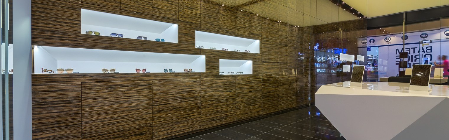 """""""Conceptul Optiplaza Boutique a fost acela de a crea un spațiu minimalist din punct de vedere formal care să fie scos în evidență doar prin diferitele tipuri de texturi și finisaje alese: luciul marmurei, al oglinzii, textura de lemn a corpurilor de depozitare și albul curat al spațiilor de expunere,"""" declară arhitectul Răzvan Dracea de la Ari Consult. """"Corpul central[…] Mai mult…"""