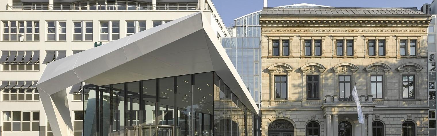"""Arhitecții Wasfy Taha și Fionn Mögel de la Querkopf-Architekten și-au asumat dificila sarcină de a crea o nouă imagine companiei Hanse Merkur în Hamburg.  Ceea ce arhitecții au găsit la clădirea deja existentă de lângă stația de metrou Dammtor a fost un """"mix arhitectural"""" lipsit de armonie.  Birourile acestei tradiționale companii sunt poziționate în vechea clădire istorică """"Haus Wedells"""", ce constă atât[…] Mai mult…"""