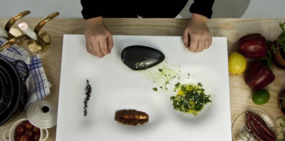 Epoca de piatră: un anonim oferă noi întrebuințări pietrei. Omul începe să rupă mâncarea în bucăți, să otaie și să o zdrobească.  2017: în timp ce oamenii urmăresc emisiuni culinare uitându-se după cele mai moderne tehnologii în bucătărie designerul suedez Erik Bele Hoglund se întoarce la elementele de bază și proiectează uneltele de bucătărie primitive modelateHI-MACS pentru oameni moderni.  Sunt multe de[…] Mai mult…