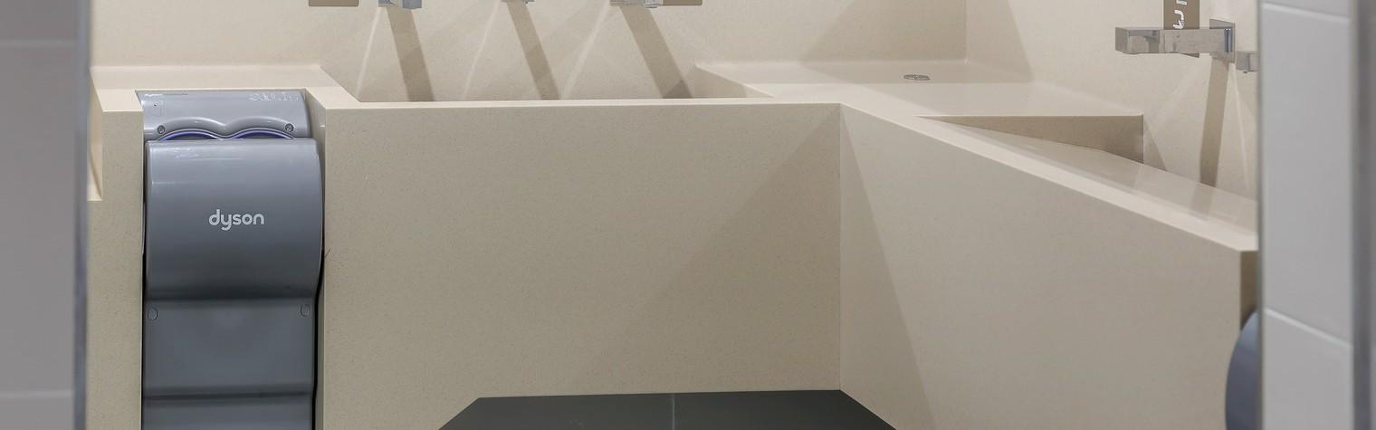 Încă odată, HIMACS se dovedește a fi cel mai potrivit material când vine vorba de mobilier pentru spații publice.  Cerințele pe care un material trebuie să le îndeplinească atunci când este utilizat în spații publice, de trafic intens, nu țin numai de design, ci și de posibilitățile materialului de a putea fi prelucrat astfel încât să se obțină ceea ce arhitecții[…] Mai mult…