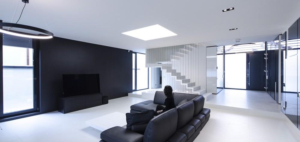 Proiect al arhitectului Claudiu Toma de la Parasite Studio în care luxul minimalist este furnizat în formă pură, acest proiect de scară suspendată doar în cabluri vine cu soluții constructive cu adevărat provocatoare și utilizează numai materiale contemporane ale căror proprietăți fac ca acestea să fie unice: permit fabricație dintr-o bucată fără îmbinări vizibile, treptele scării părând turnate, rezistență la[…] Mai mult…