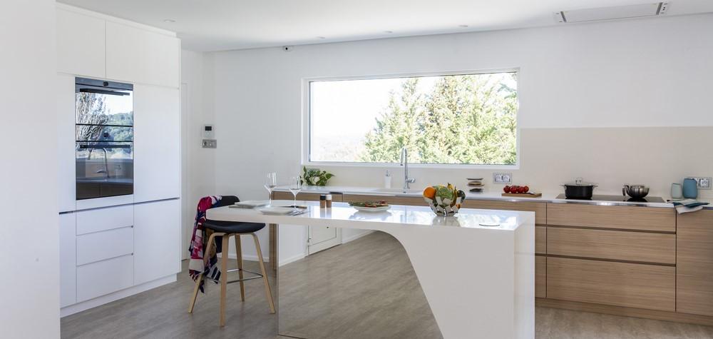 Dupa maminicusine®, colectie minimalista de bucatarii destinate spatiilor mici, designerul Charlotte Raynaud Hegenbart si fabricatorul de mobilier Menuiserie Hegenbart prezinat o bucatarie din HI-MACS intr-o camera plina de lumina si cu vedere spectaculoasa la muntele Saint-Victoire.  Tendinta zilelor noastre este spre spatii de habitat cu planuri deschise, luminoase si calde.Adio bucatariilor minuscule unde bucatarii sunt izolati in timp ce toti ceilalti[…] Mai mult…